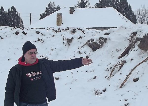 Dusan Obradovic u iskopanoj rupi