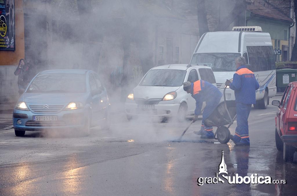 Putari asfalt rupe krpljenje subotica (1)