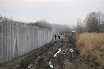 szerbkiadas_Policajci-i-vojska-na-svakih-par-stotina-metara-s-madjarske-strane-granice